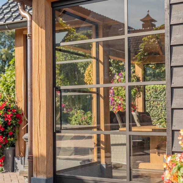 Stalen schuifdeur tuinhuis