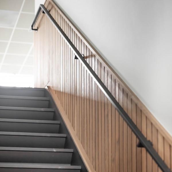 Stalen trap met trapleuning
